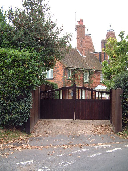 maresfield-gate-curve-top-front-view-drive