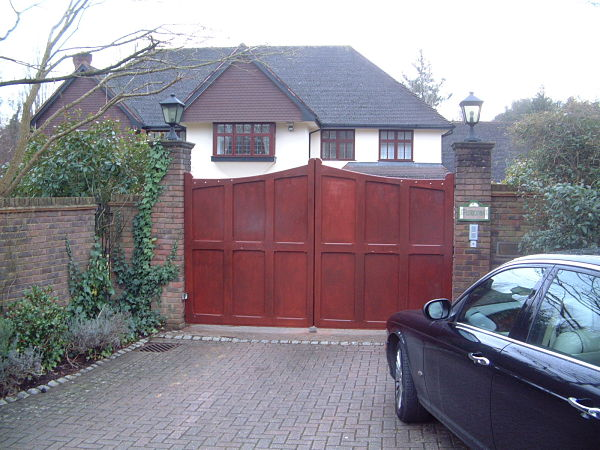 sevenoaks-gate-curved-top-front-view-mahogany